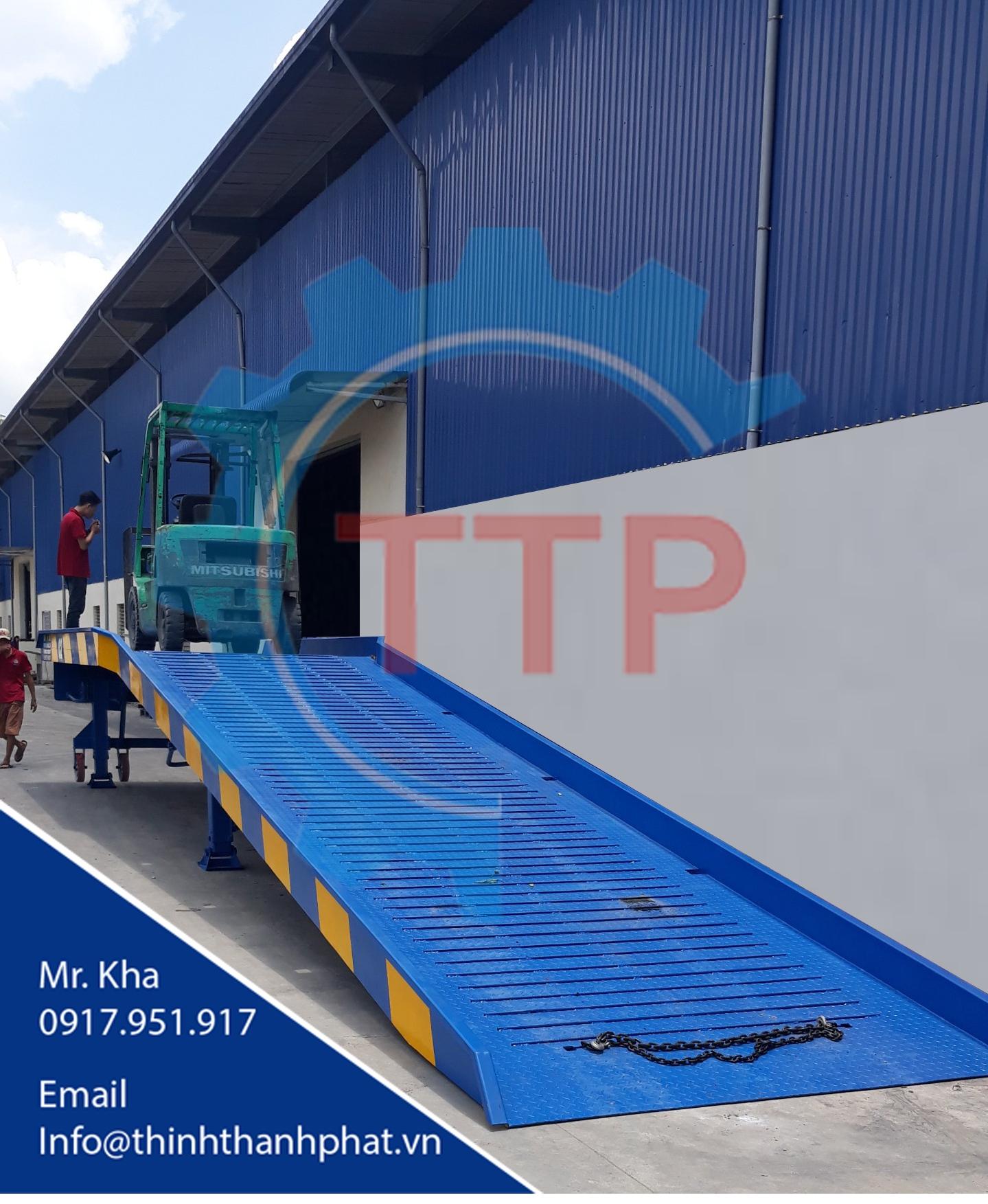 Cầu dẫn xe nâng lên container