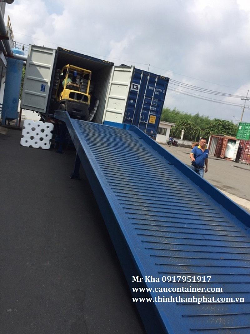 Cầu đóng rút hàng từ container